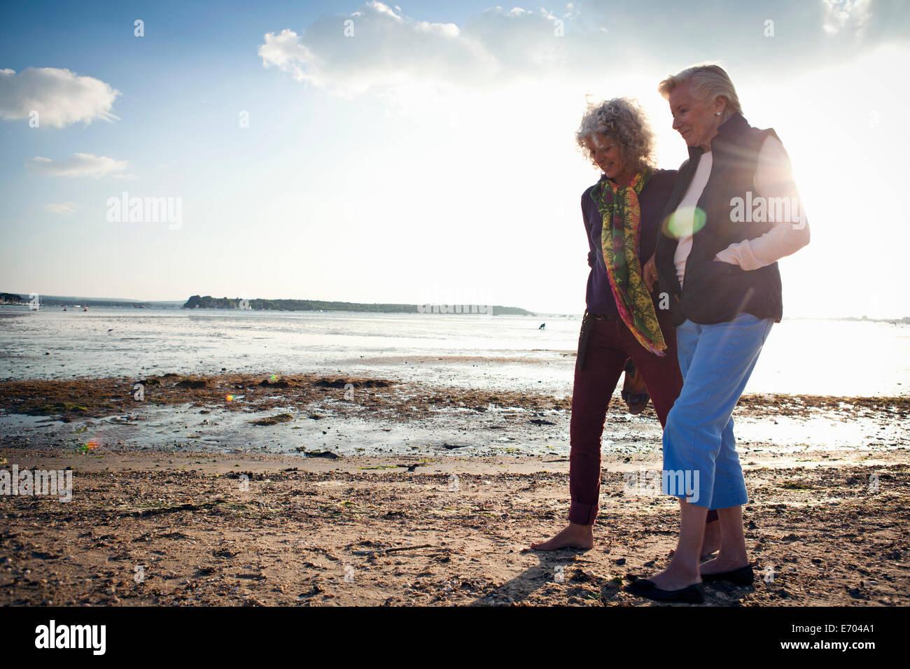 Madre e figlia camminando sulla spiaggia Immagini Stock