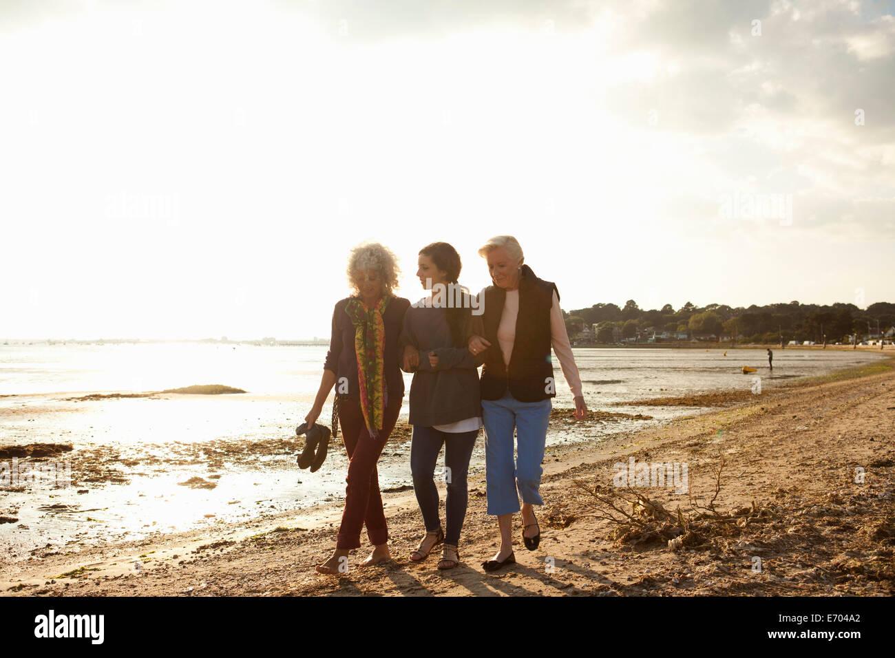 Femmina i membri di famiglia passeggiate sulla spiaggia Immagini Stock