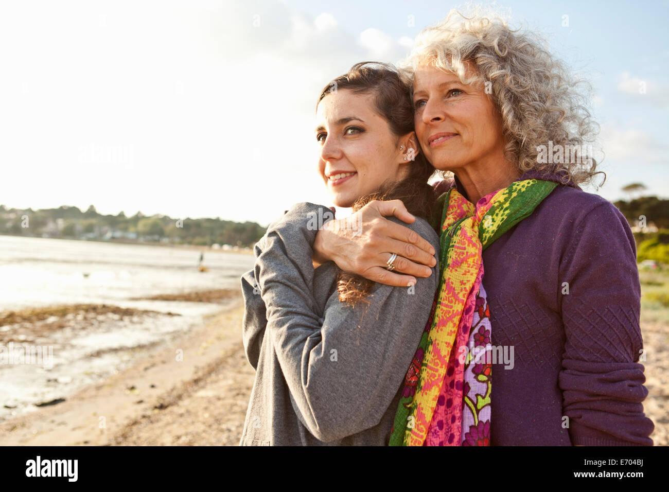 Madre e figlia godendo beach Immagini Stock