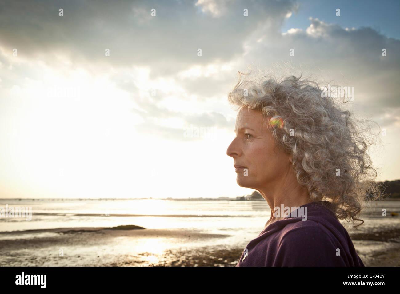 Donna matura godendo beach Immagini Stock