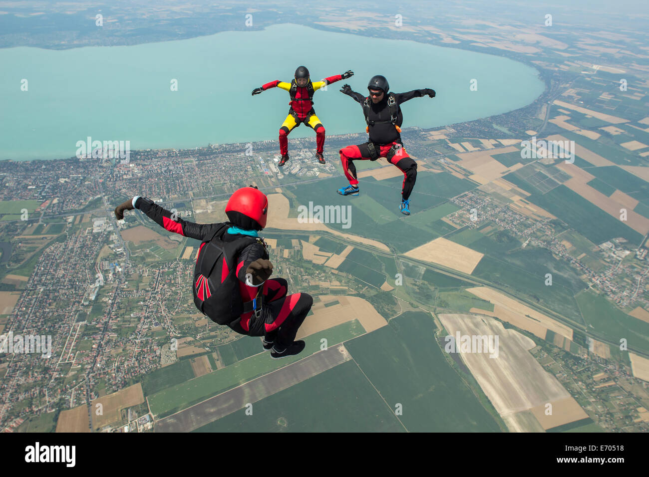 Tre skydivers freeflying in formazione, Siofok, Somogy, Ungheria Immagini Stock