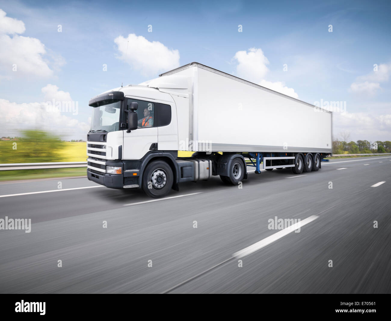 Carrello di trasporto merci in viaggio in autostrada Immagini Stock