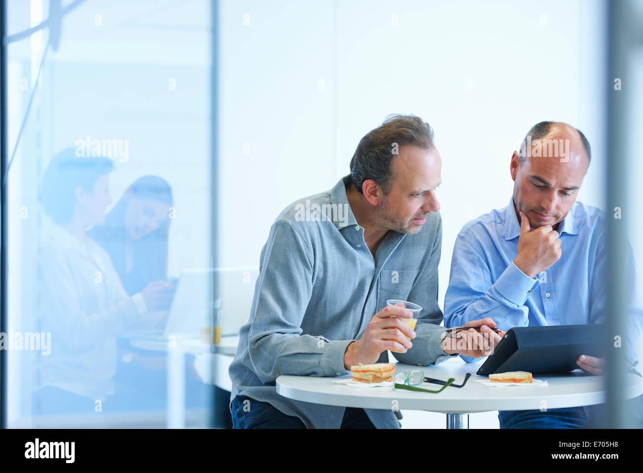 La gente di affari avendo discussioni durante il pranzo Immagini Stock