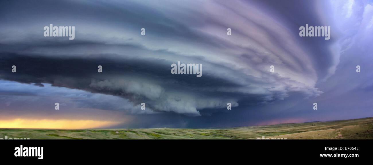 Grande Nube di Arcus intorno corrente ascensionale di anticyclonic supercell con tramonto colori proiettati sul Immagini Stock