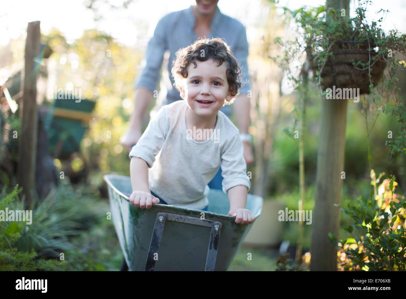 Ritratto di ragazzo di equitazione in carriola sul riparto Immagini Stock
