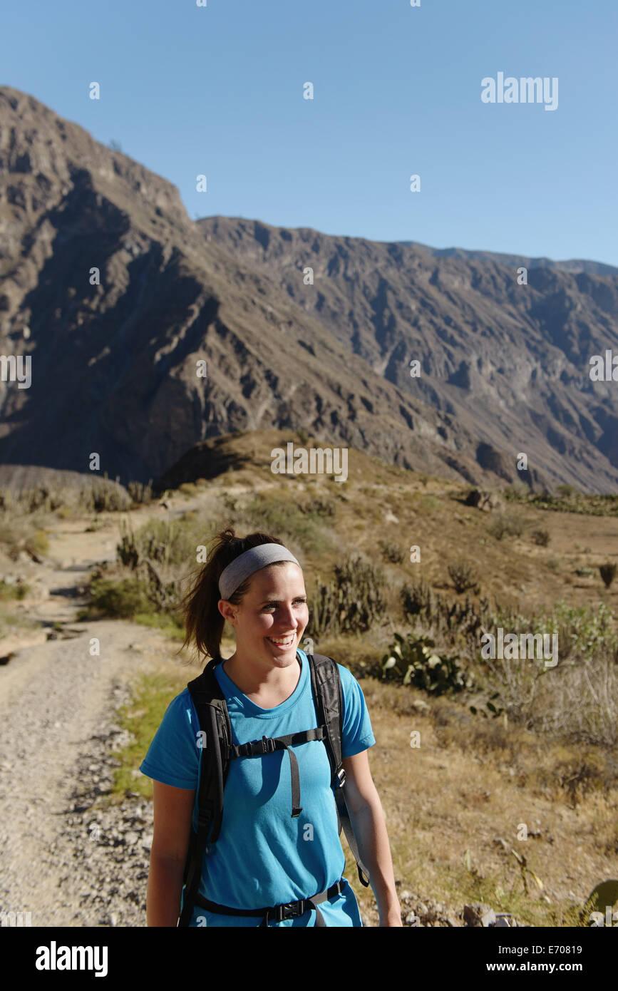 Giovane donna escursioni nel Canyon del Colca, Cabanaconde, Perù Immagini Stock