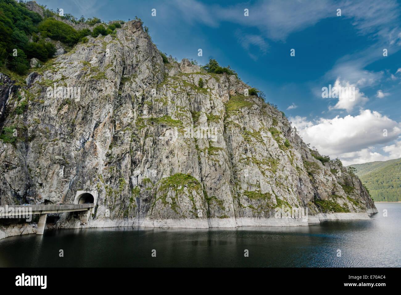 Si può facilmente raggiungere il Lago di Vidraru seguendo la Transfagarasan Rode. Vidraru Lago ha un'aria di 893 ettari ed è 155 m Foto Stock