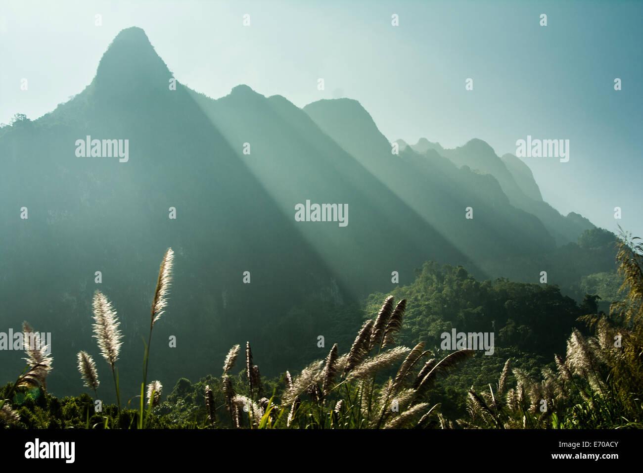 Il bellissimo paesaggio in Laos con picchi di montagna in background. Immagini Stock