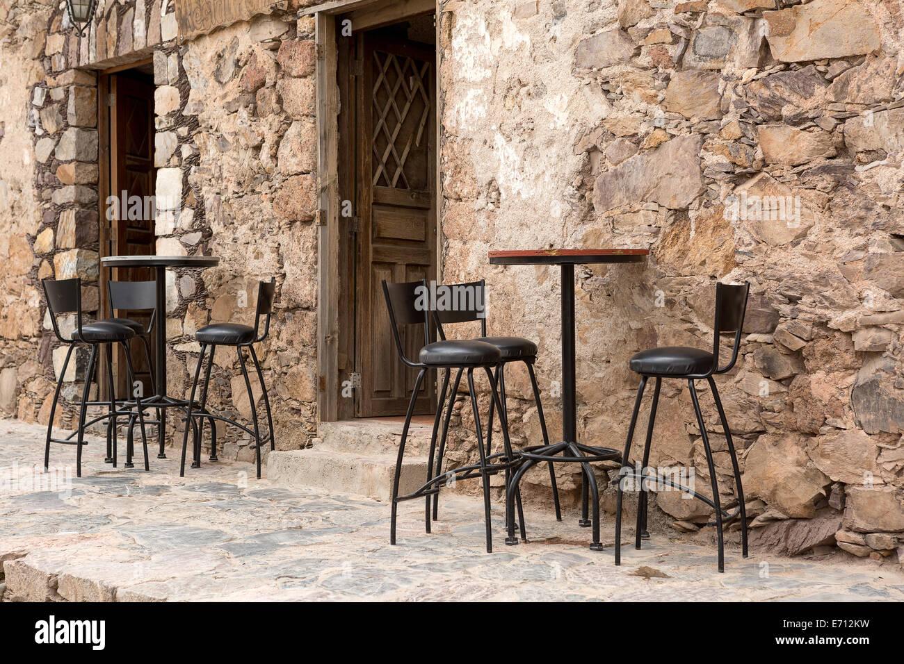Alta sgabelli da bar e tavoli nella parte anteriore di un