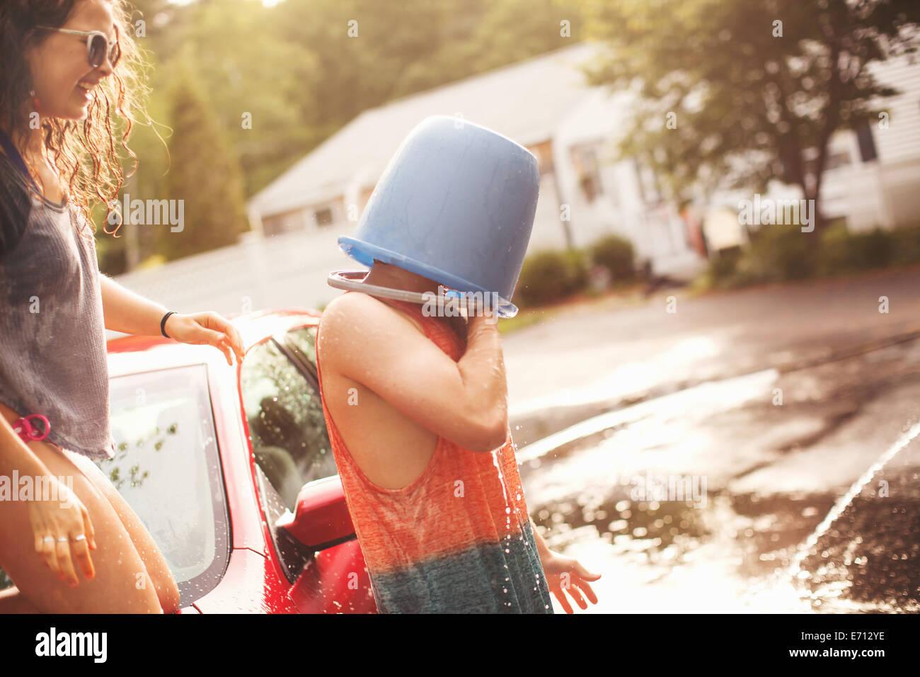 Giovane con benna testa di copertura Immagini Stock