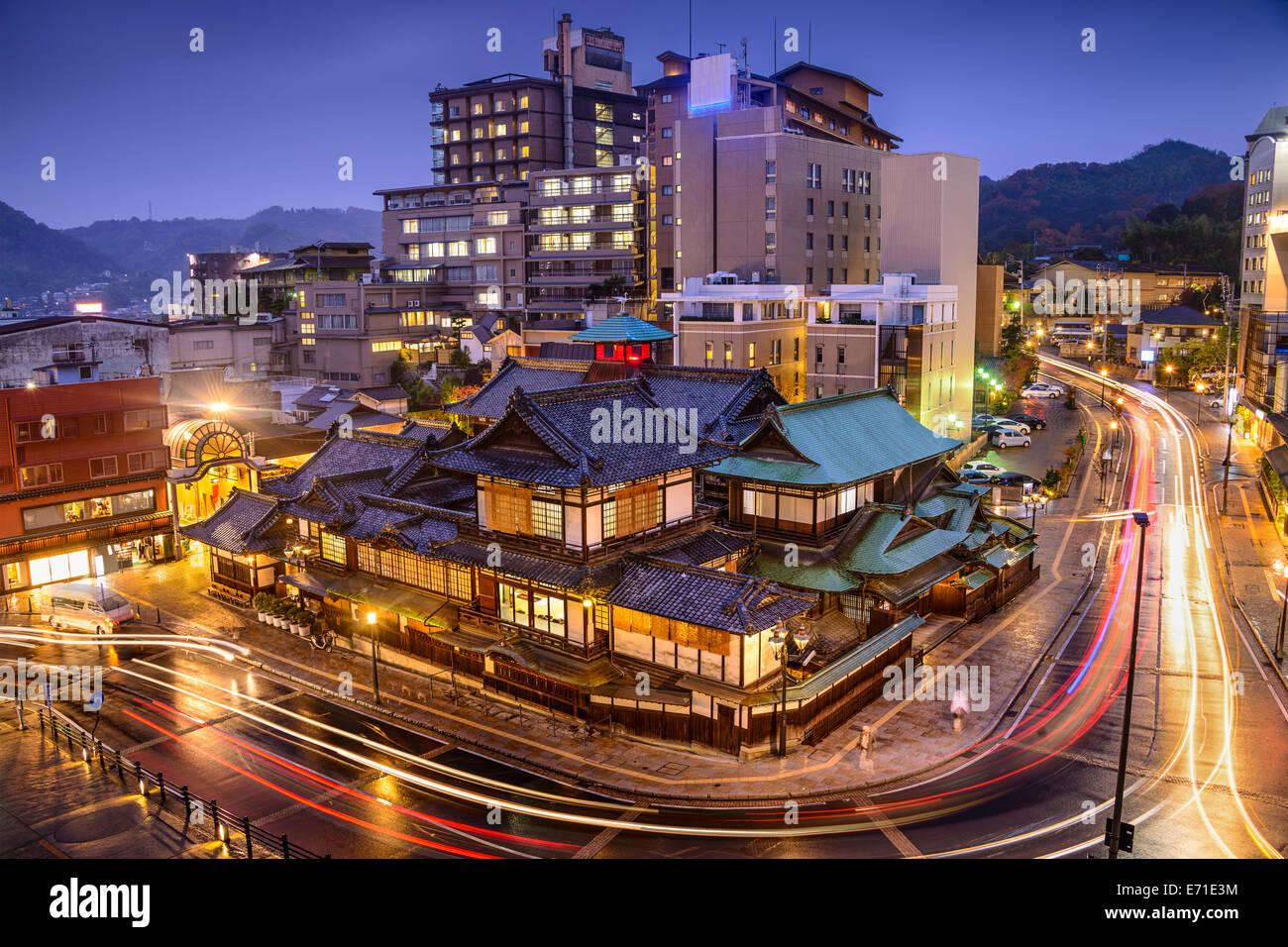 Matsuyama, Giappone skyline del centro a Dogo Onsen bath house. Foto Stock