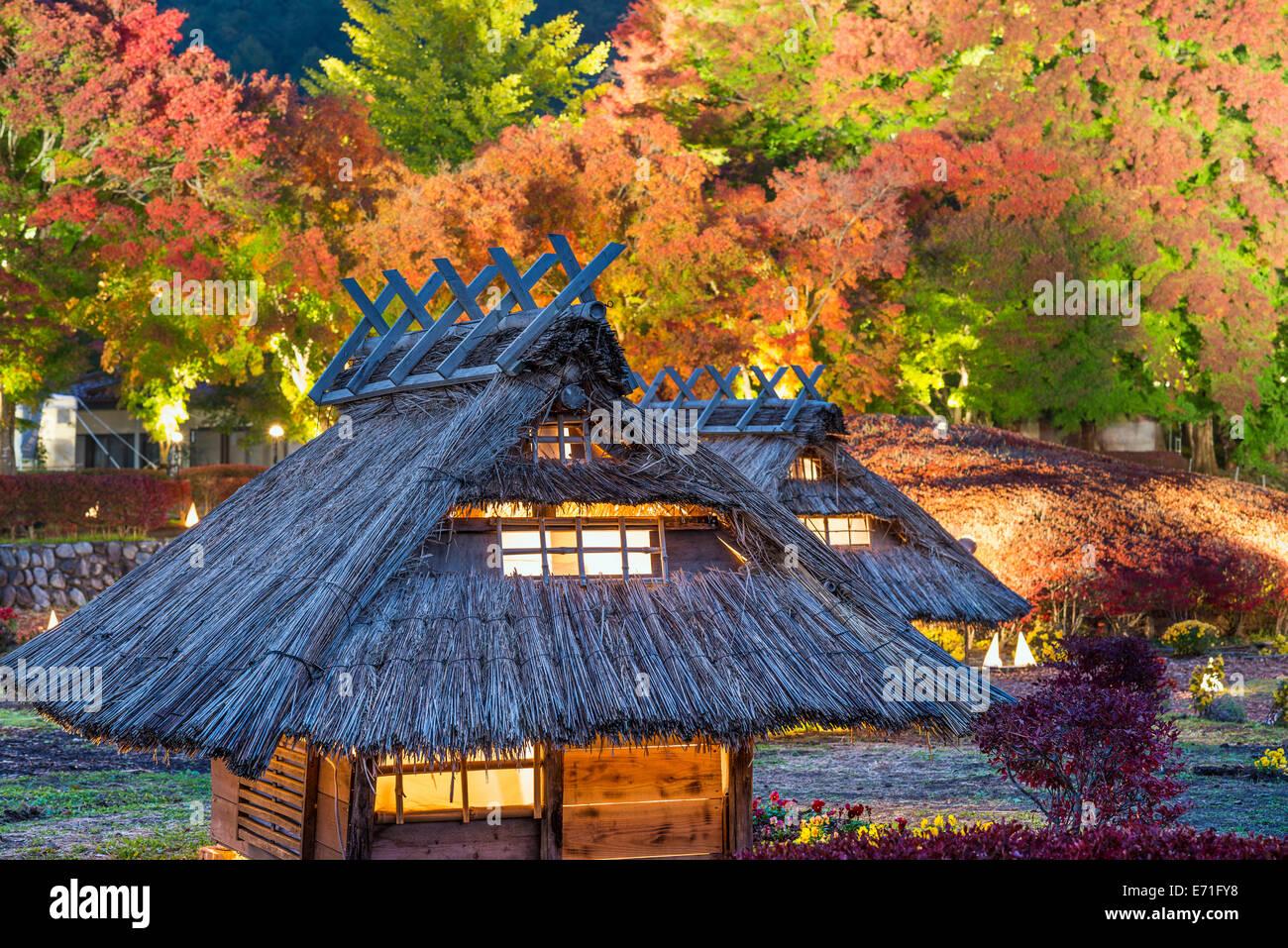 Kawaguchi-ko, Giappone autunno illuminano e replica del villaggio. Immagini Stock
