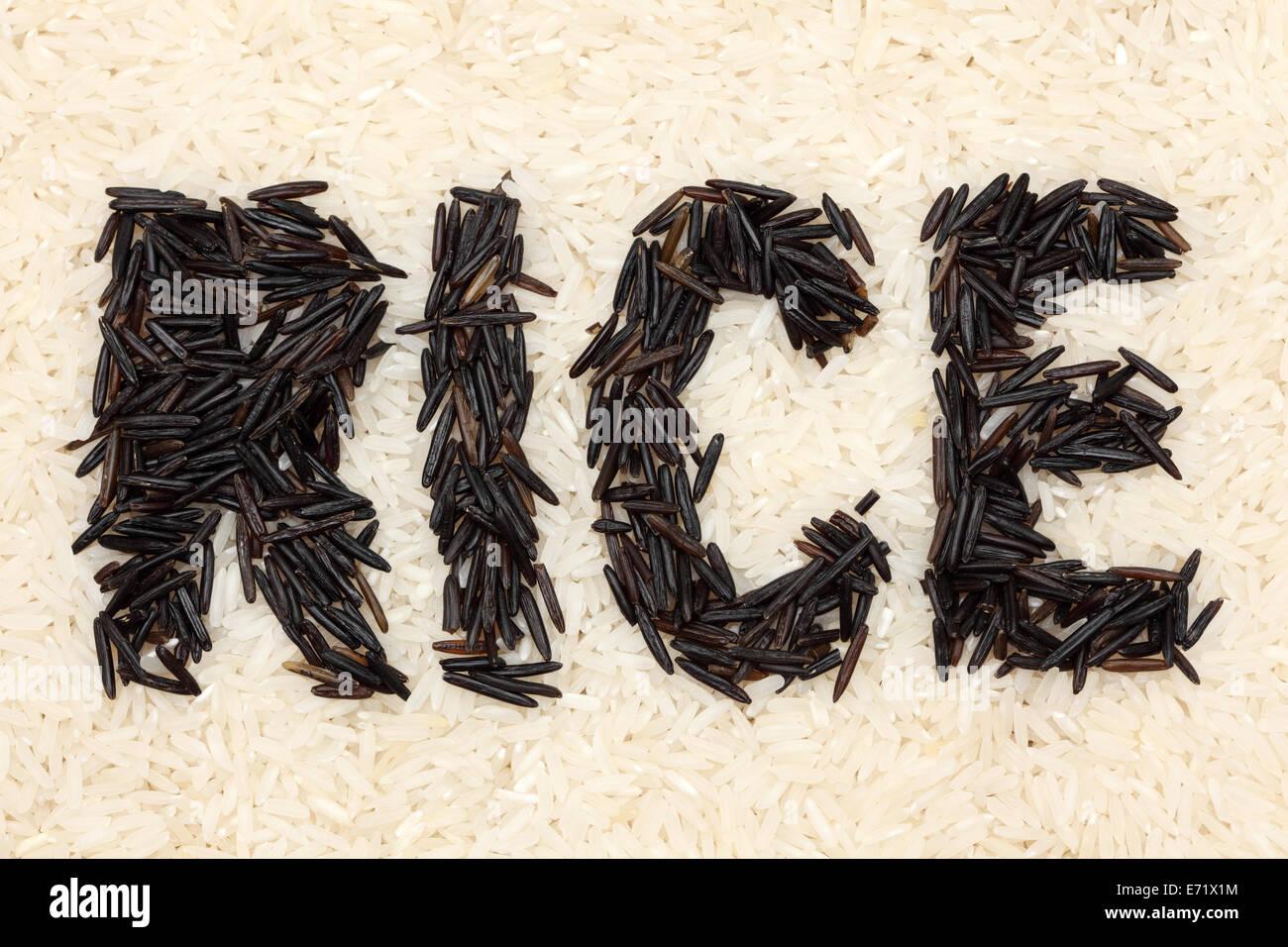 """La parola """"riso"""" scritto con riso selvatico su un riso in bianco sullo sfondo. Primo piano. Immagini Stock"""