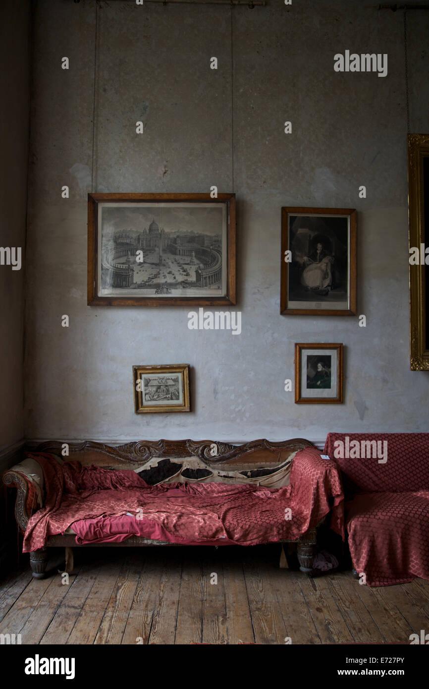 L'interno di una vecchia casa con mobili vintage e vecchie cornici appese alle pareti. Immagini Stock