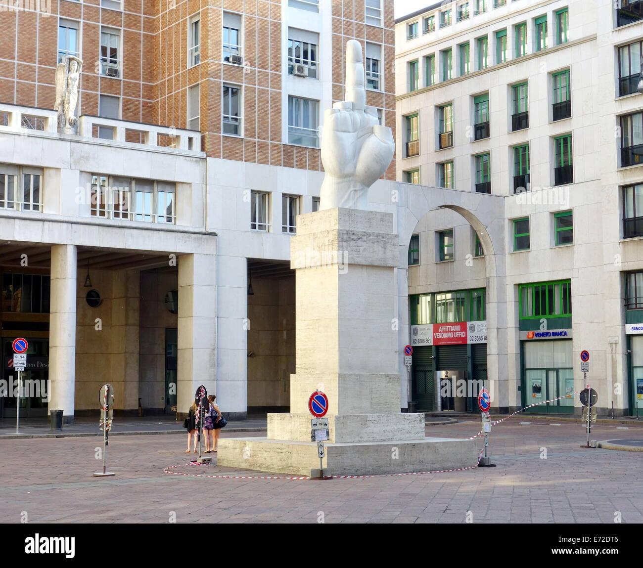 Il 'Sito' statua di Maurizio Cattelan davanti al palazzo della Borsa di Milano, Italia Immagini Stock