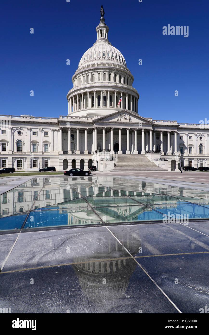 Stati Uniti d'America, Washington DC, Capitol Building sezione centrale e la cupola si riflette nel Capitol Immagini Stock