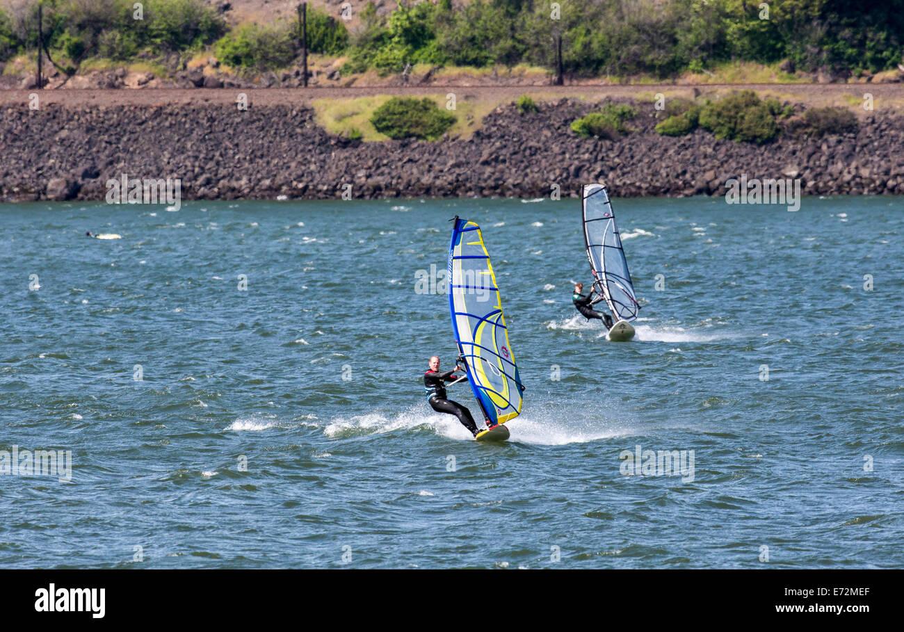 Wind surf sul fiume Columbia in Hood River, Oregon, Stati Uniti d'America. Immagini Stock