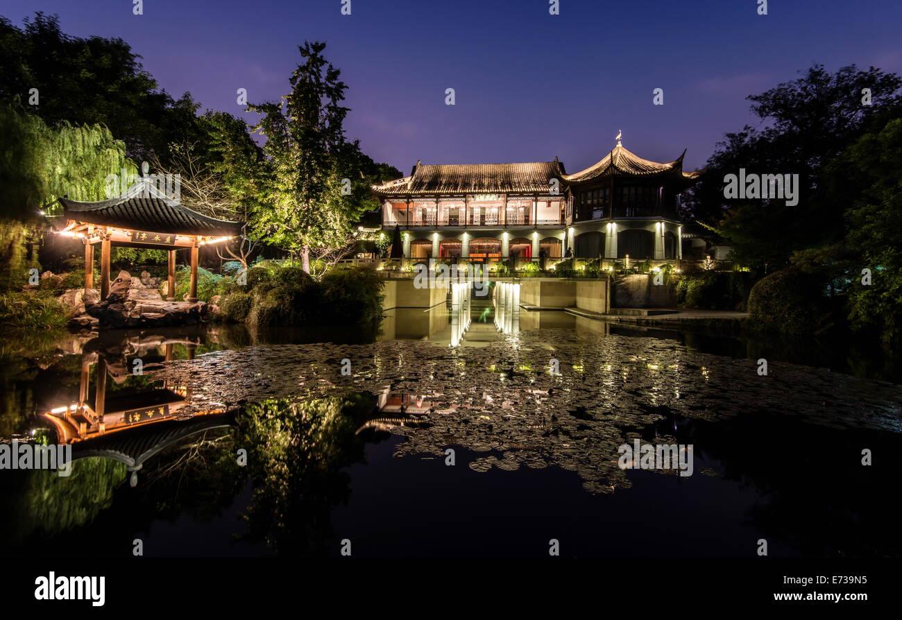 Illuminata Wen Ying Ge Tea House e pavilion al Lago Ovest, Hangzhou, Zhejiang, Cina e Asia Immagini Stock