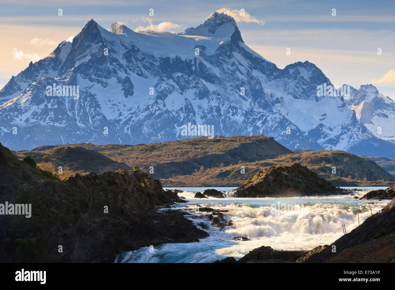 Salto Chico e la Cordigliera del Paine, Parco Nazionale Torres del Paine, Patagonia, Cile, Sud America Immagini Stock