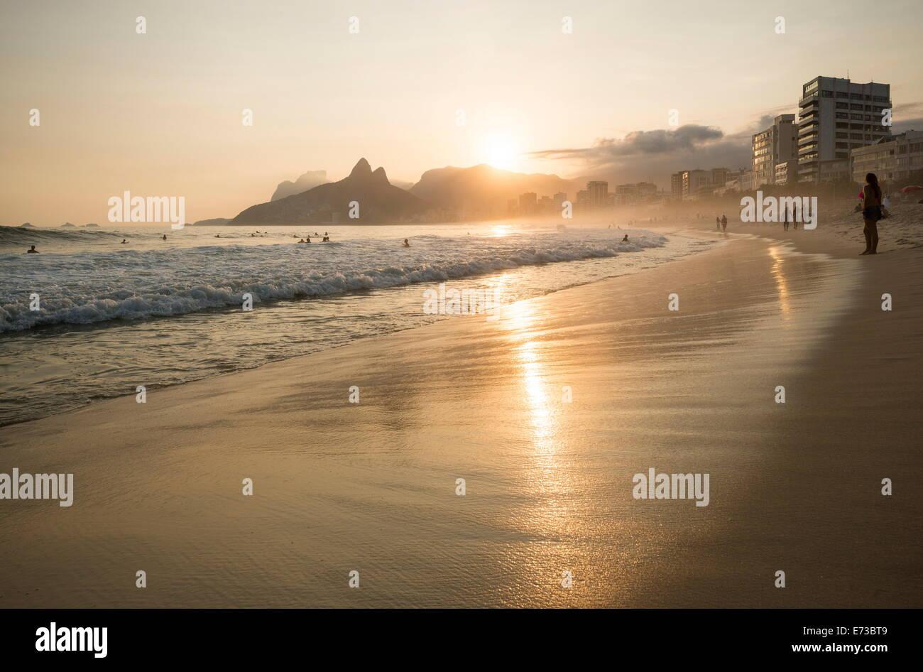 La spiaggia di Ipanema al tramonto, Rio de Janeiro, Brasile, Sud America Immagini Stock
