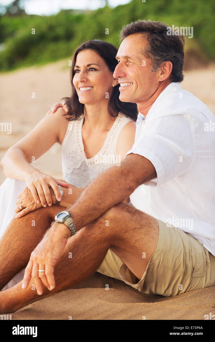 Romantica felice Coppia Matura godersi il tramonto sulla spiaggia Immagini Stock