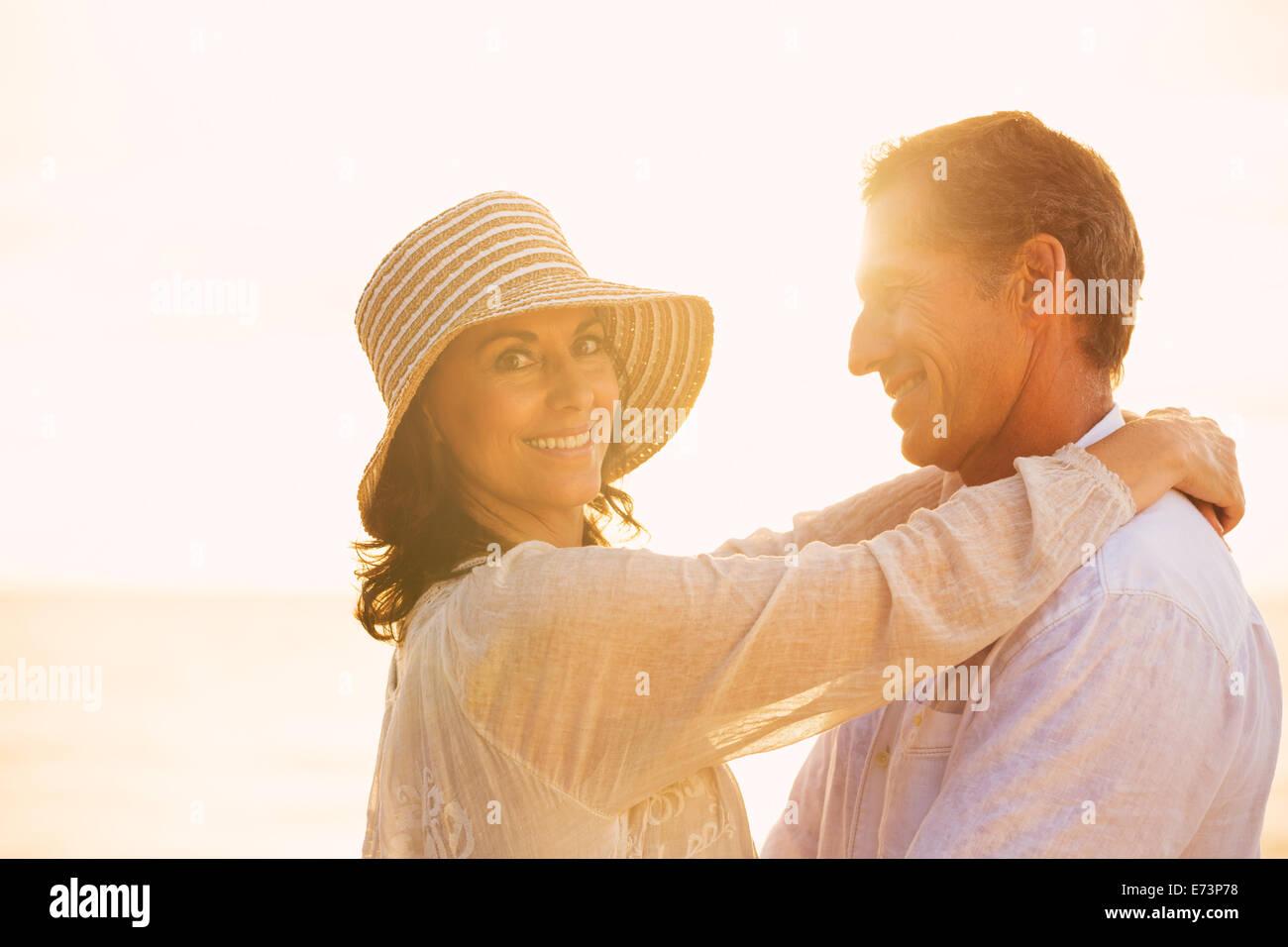 Romantica felice Coppia Matura in amore sulla spiaggia al tramonto Immagini Stock