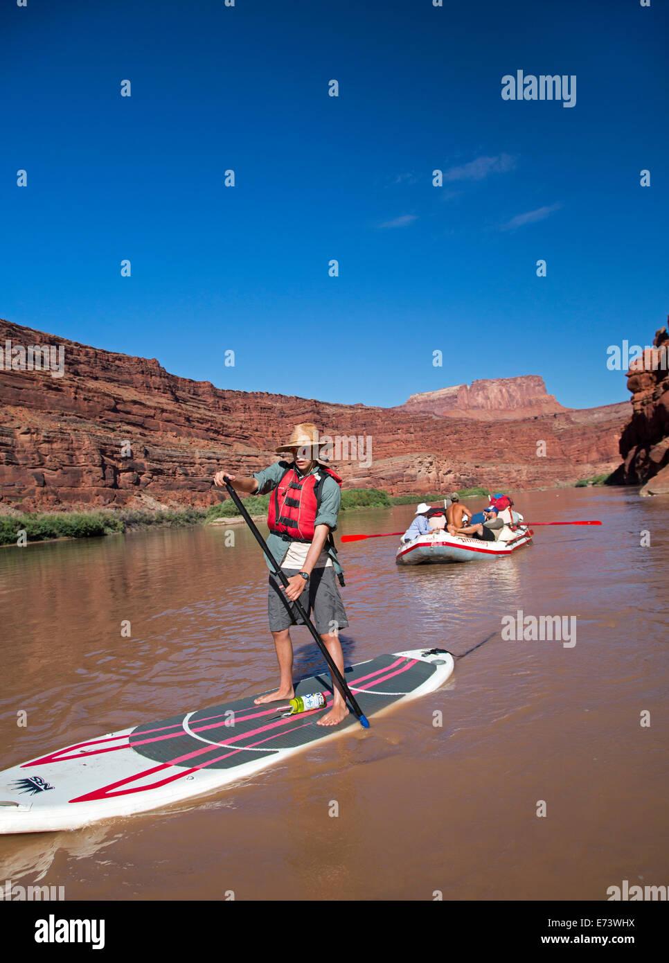 Il Parco Nazionale di Canyonlands, Utah - Joe West, 15, pagaie un gonfiabile stand up paddleboard durante un viaggio Immagini Stock