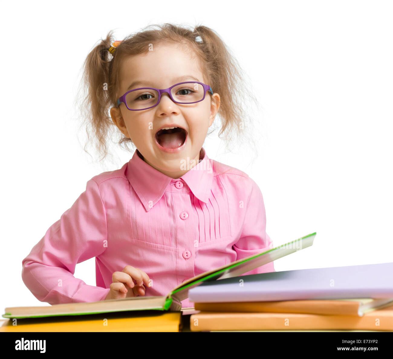 Funny kid ragazza in bicchieri con libri parlando qualcosa di isolato su bianco Immagini Stock