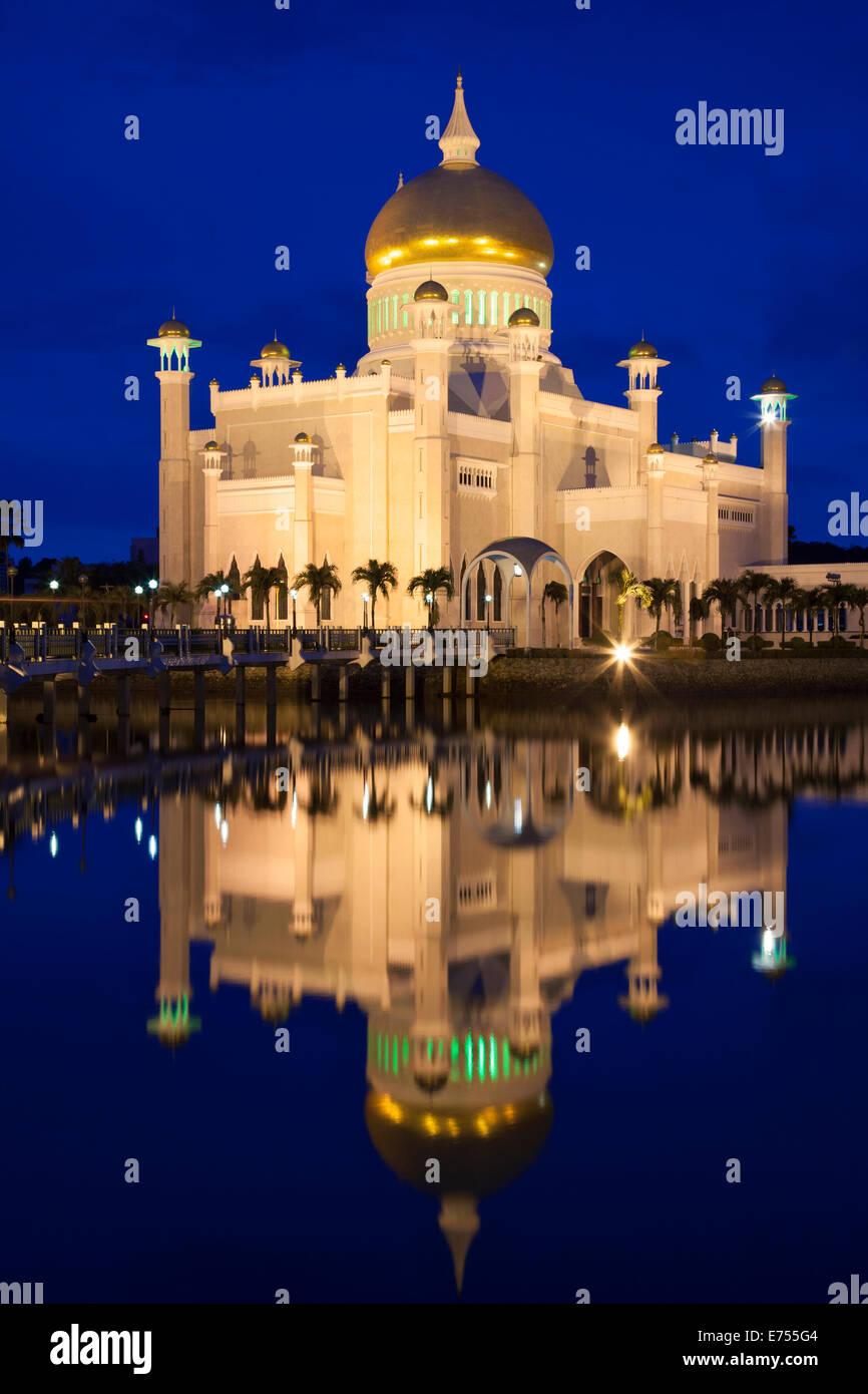 Moschea di Omar Ali Saifuddien all alba di Bandar Seri Begawan Brunei. Immagini Stock