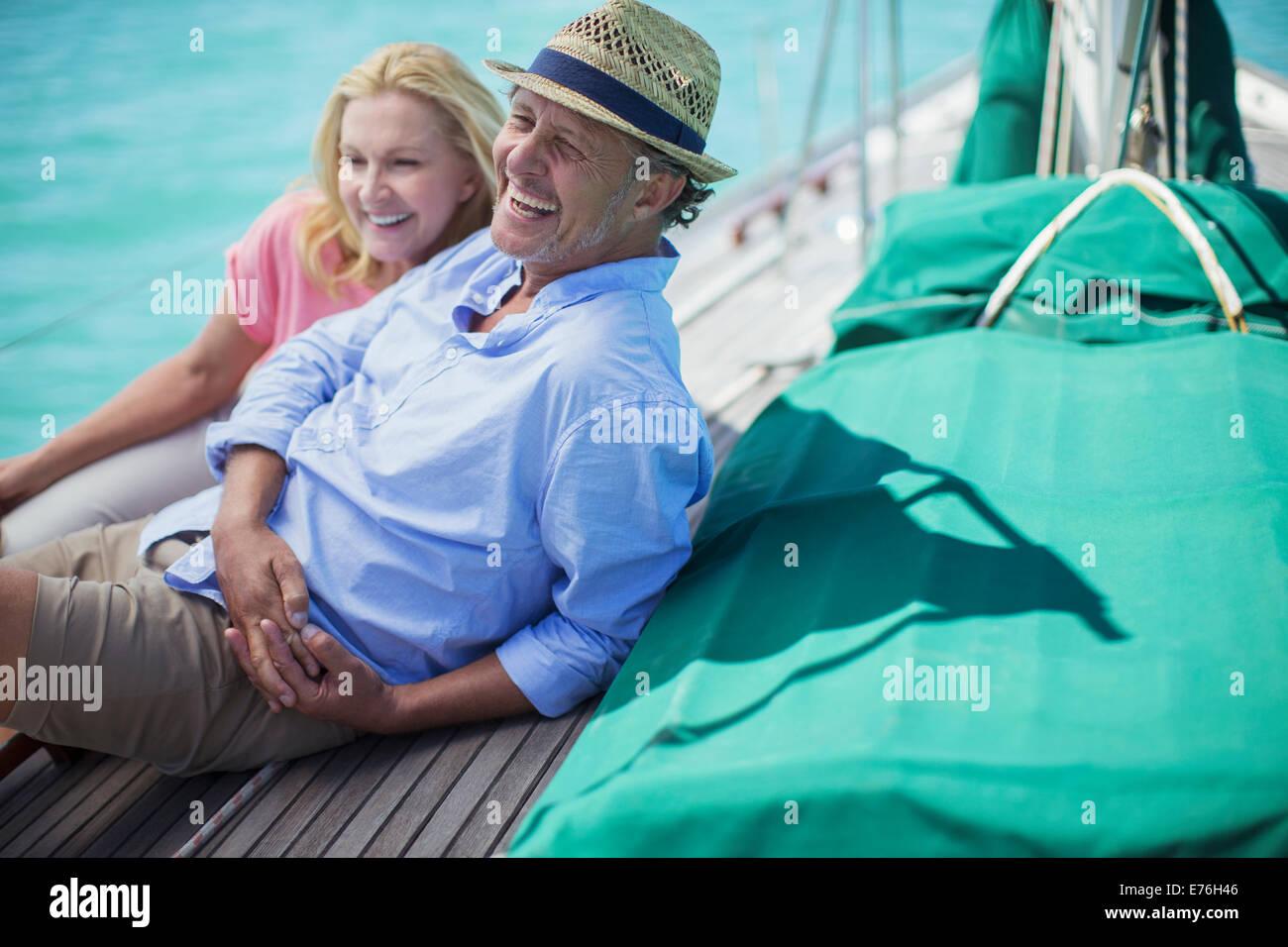 Giovane seduto sulla barca insieme Immagini Stock