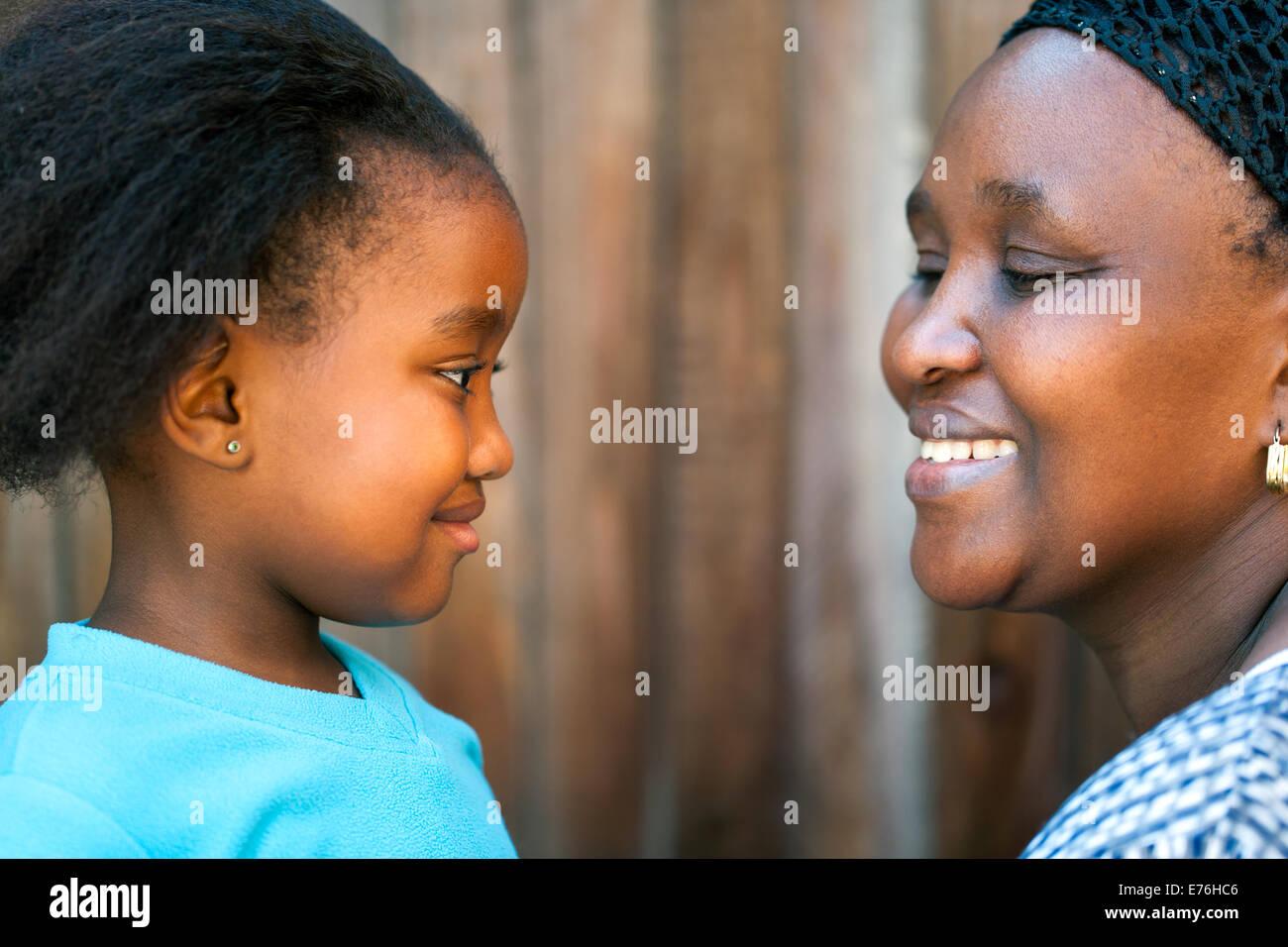 Close up ritratto di madre africana e figlia guardando ogni altro. Immagini Stock