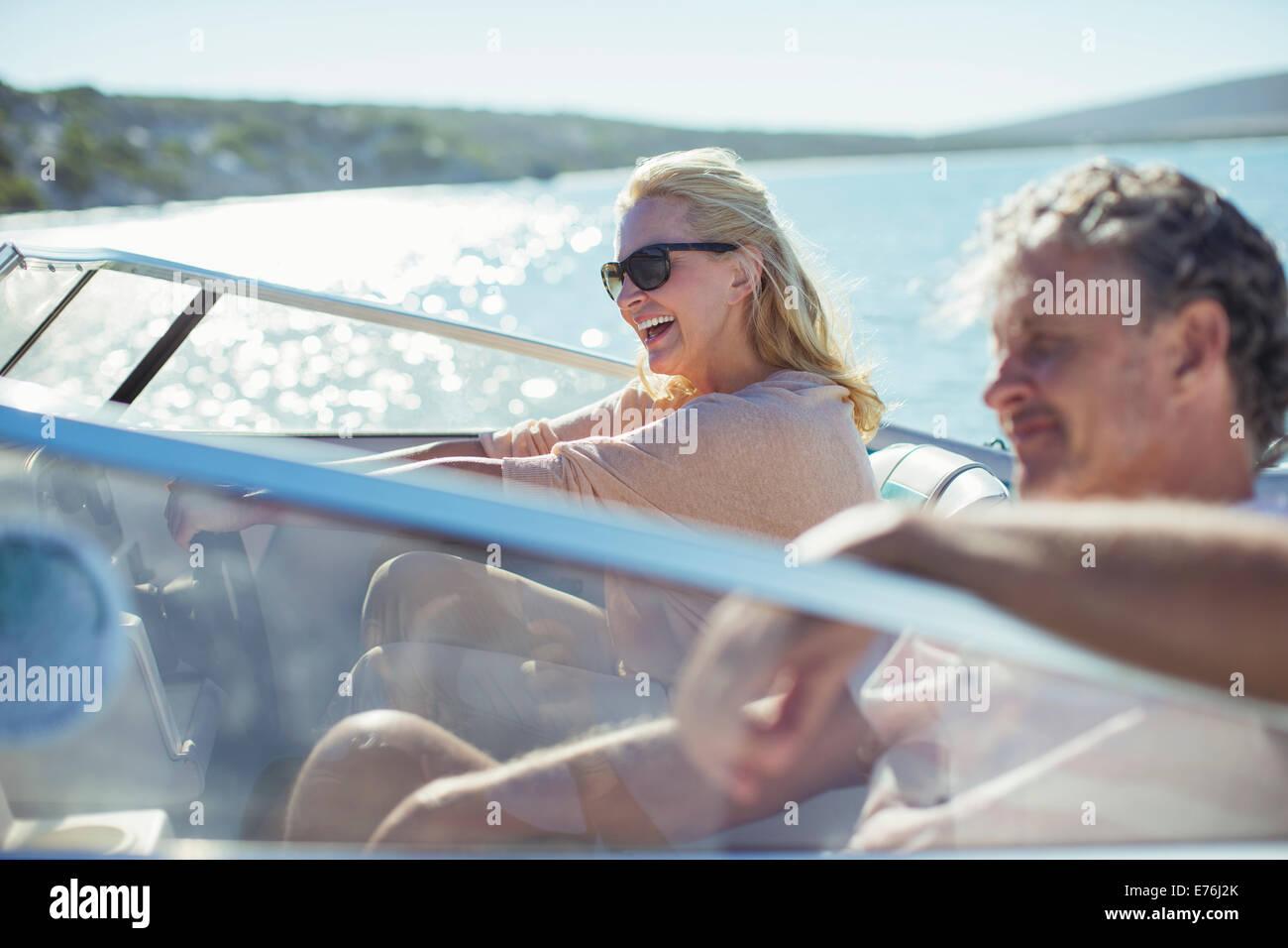 Accoppiare la guida la barca in acqua Immagini Stock