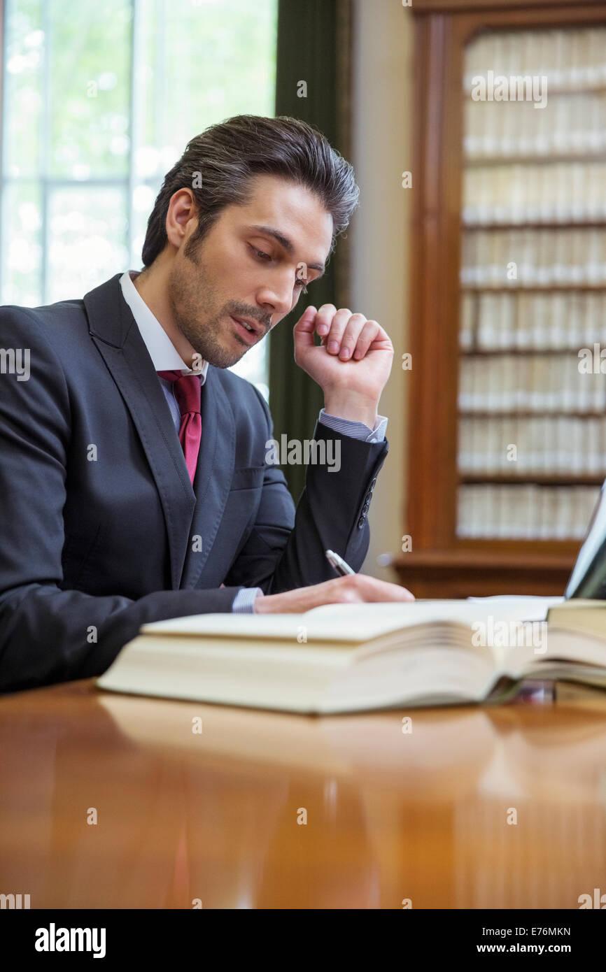 Avvocato facendo ricerca nelle camere Immagini Stock