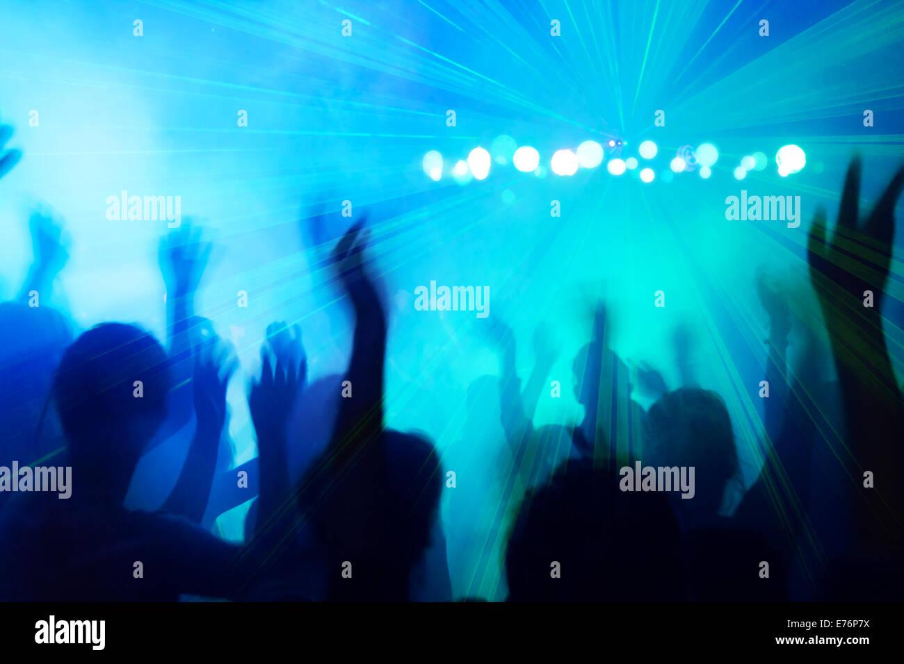 Silhouette di persone a ballare la discoteca beat. Immagini Stock