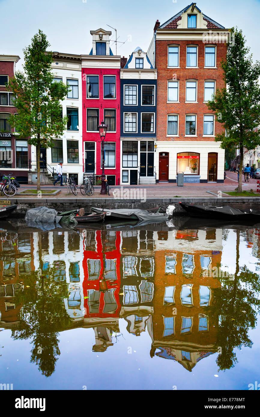 Tipico, vecchio, Amsterdam, canal-case laterale su Spiegelgracht. Amsterdam, Olanda Immagini Stock