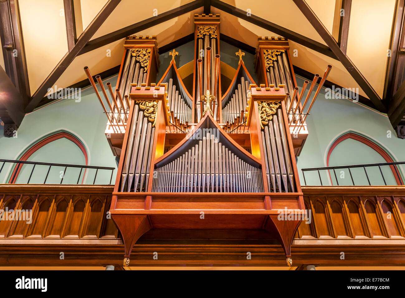 Un organo a canne in una chiesa. Immagini Stock