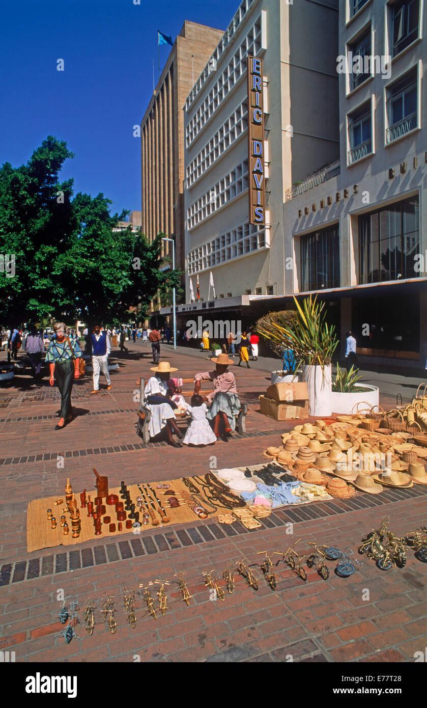 Scena di strada con souvenir turistici lungo il marciapiede in città ad Harare, capitale dello Zimbabwe in Immagini Stock