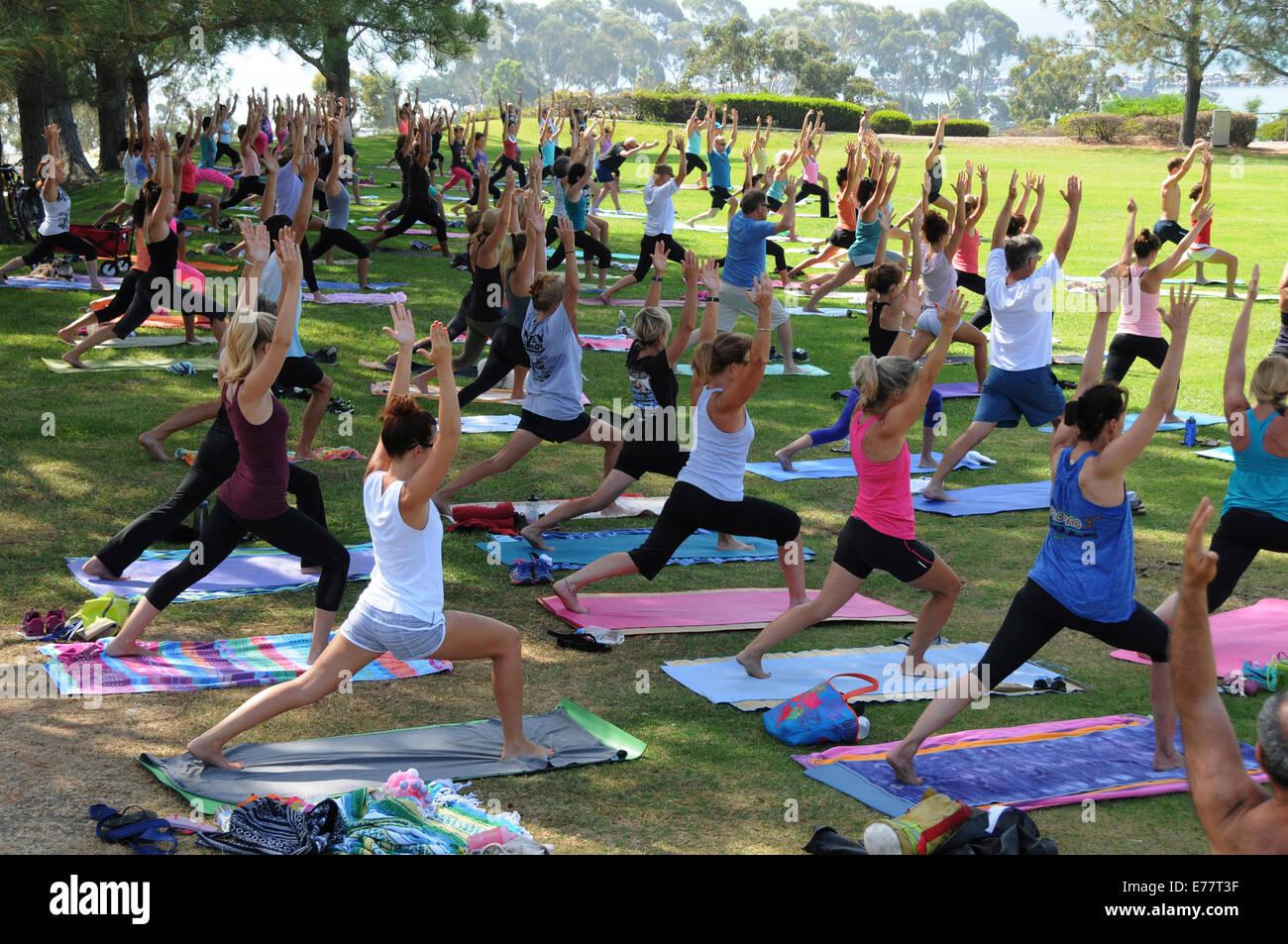 Ogni giorno libero esercizio all'aperto e lezioni di yoga a lanterna Bay Park in Dana Point, California Immagini Stock