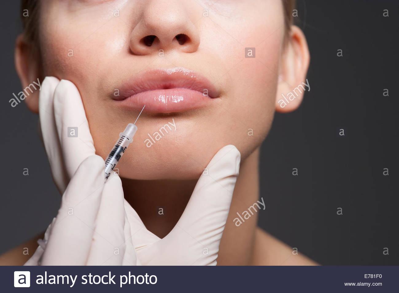 Close up della donna la ricezione di botox Immagini Stock