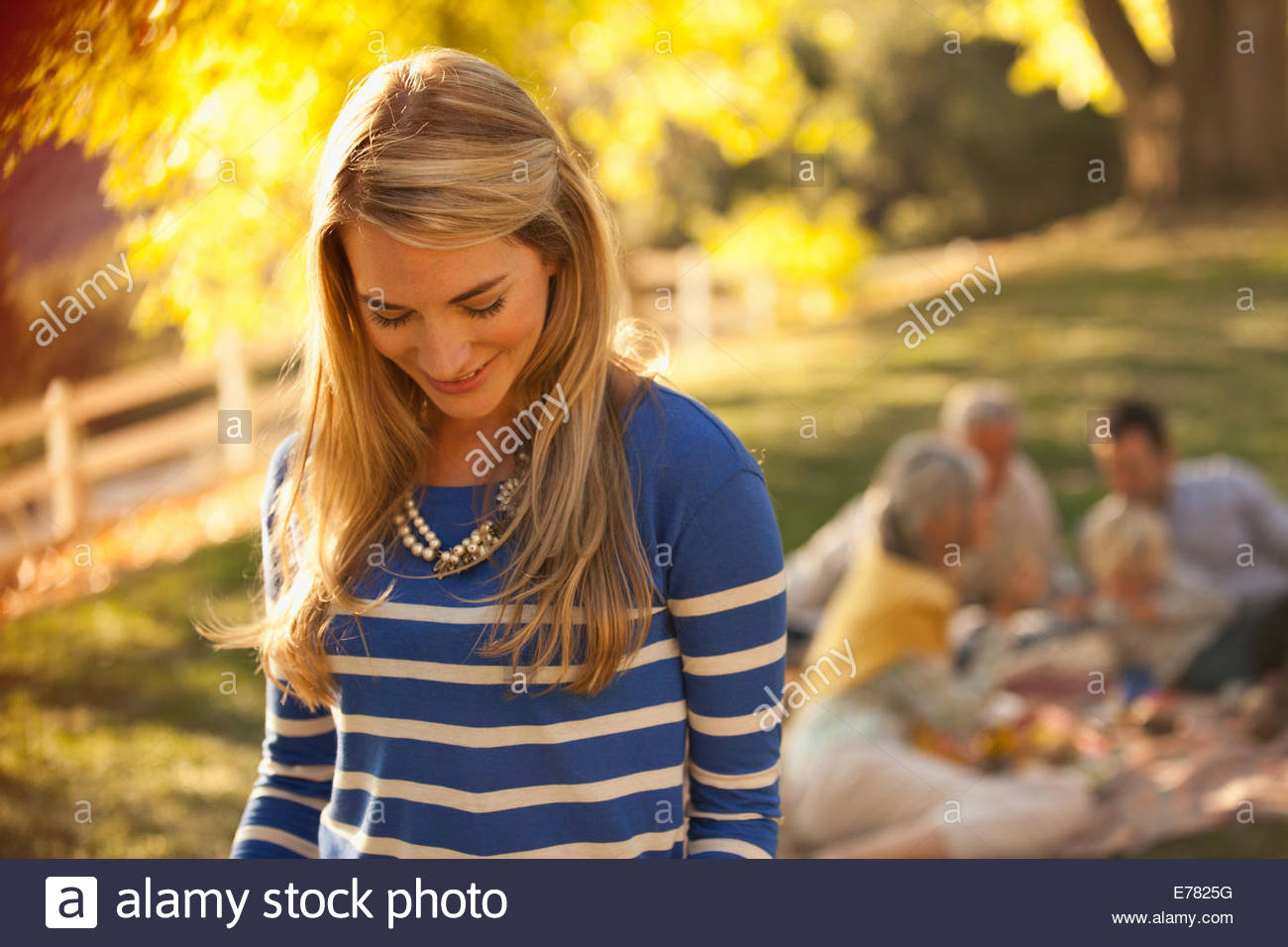 Donna sorridente in piedi all'aperto Immagini Stock