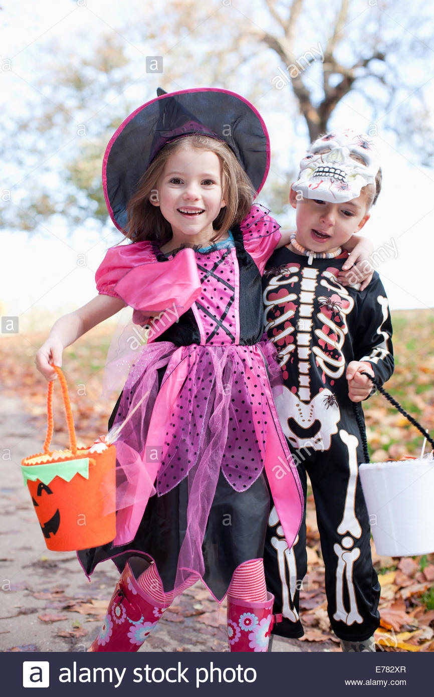 Ridere i bambini in costumi di Halloween Immagini Stock