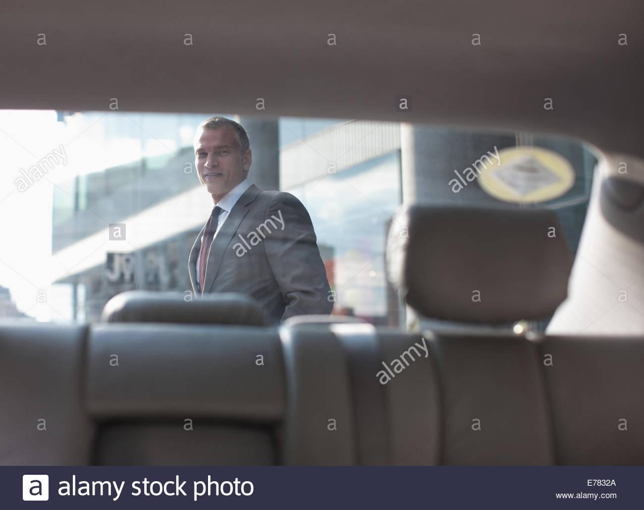 Imprenditore passato a piedi auto Immagini Stock