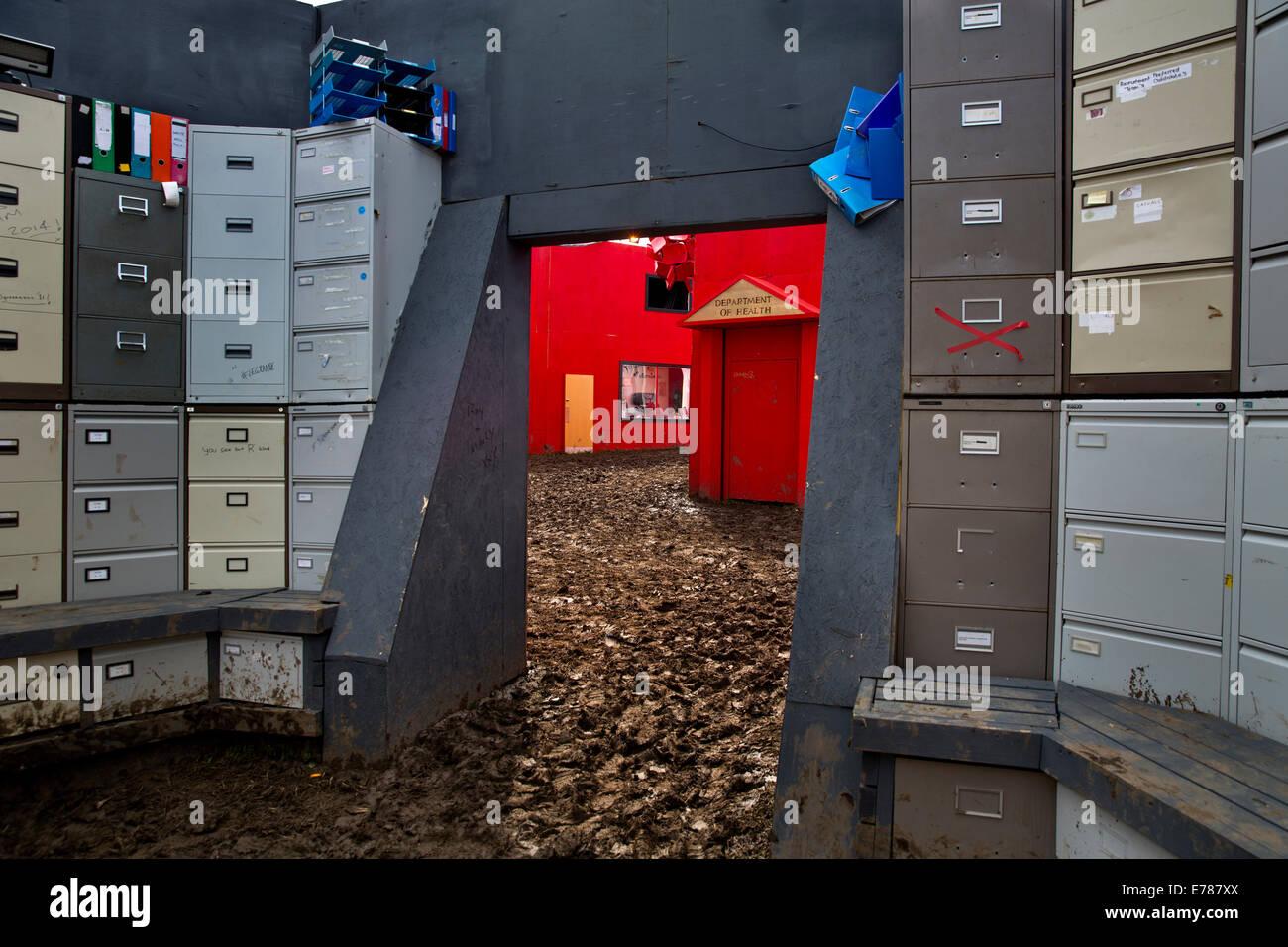 Glastonbury Festival 2014. Terreni fangosi corporate inferno la mattina dopo in Shangri La Immagini Stock