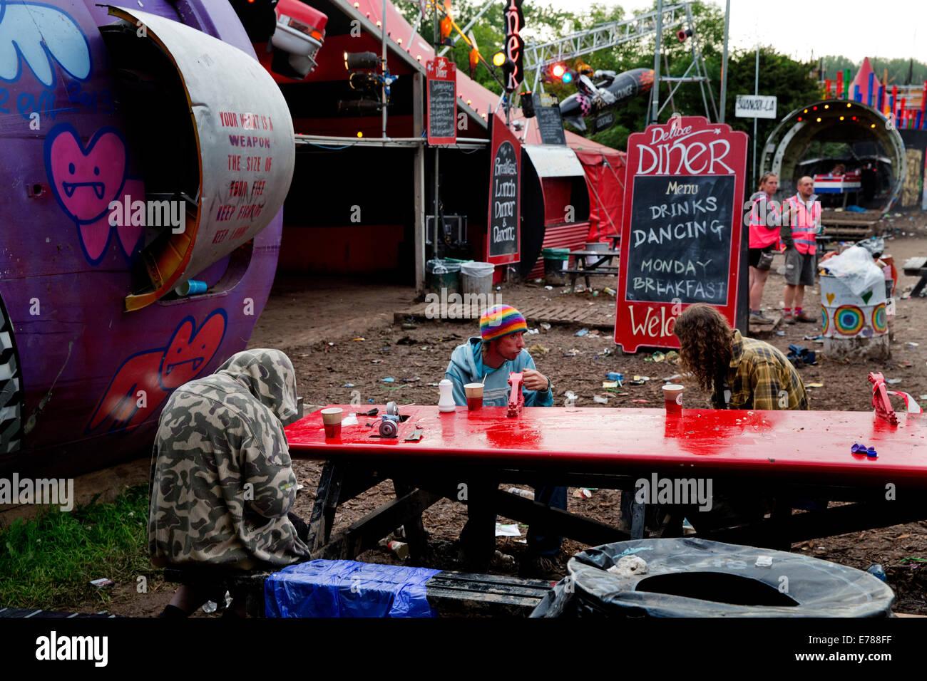 Shangri-La alla fine del partito, Glastonbury Festival 2014, alle 6 di domenica mattina Immagini Stock