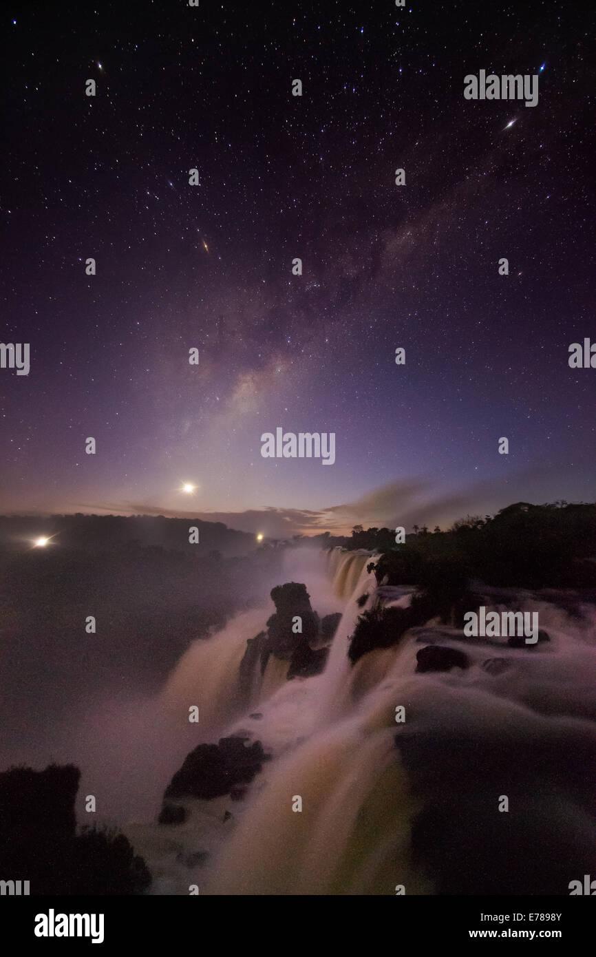 Il cielo di notte su cascate di Iguazu, Argentina Immagini Stock