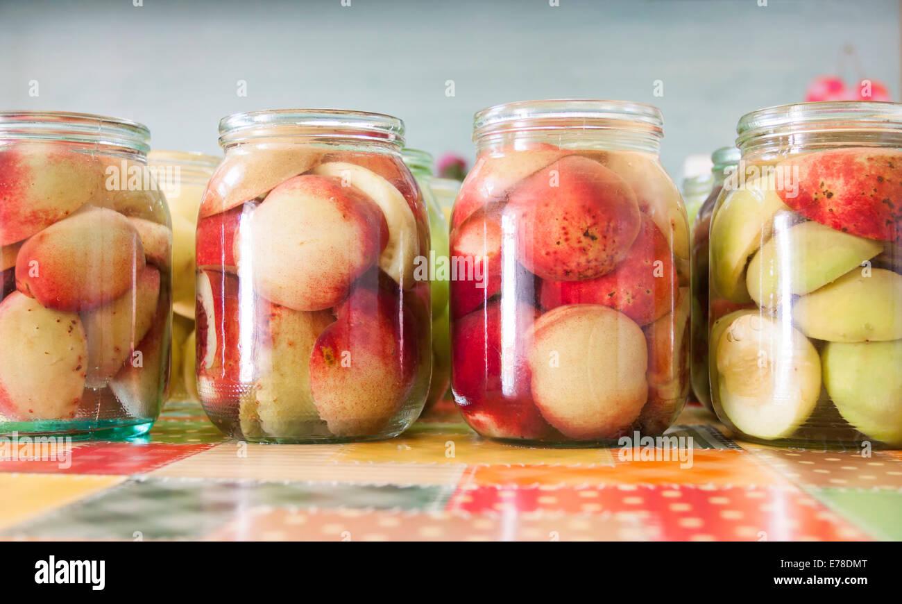 Vasi di fatti in casa conserve di frutta - Foto d'epoca Immagini Stock