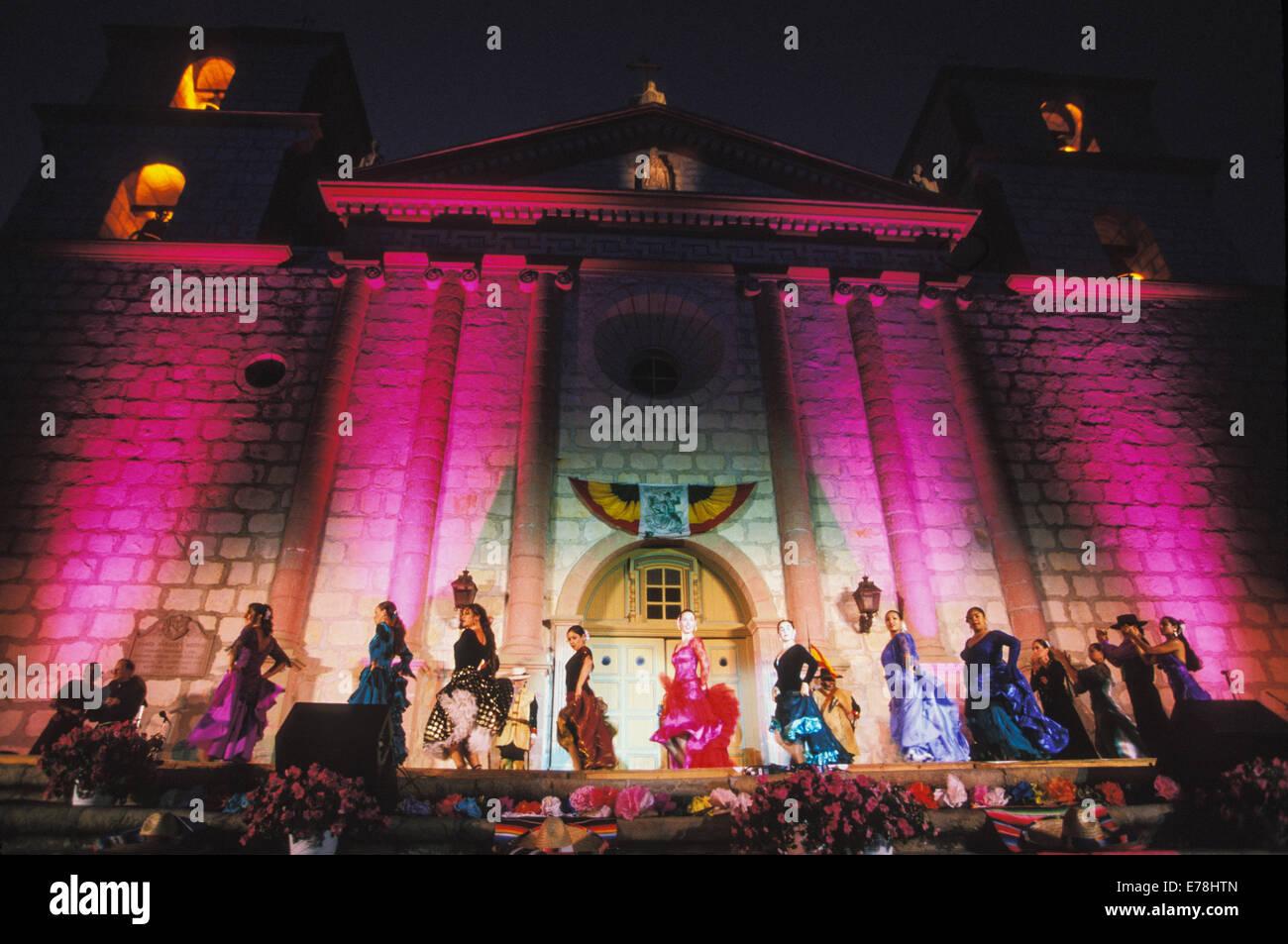 Fiesta flamenco spettacolo di danza presso la vecchia missione di Santa Barbara, Regina delle Missioni, la costa Immagini Stock