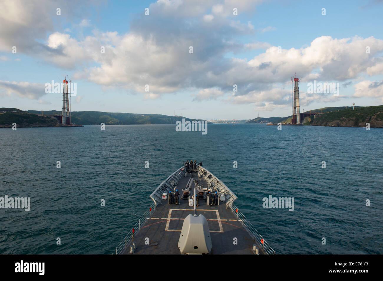 Il missile cruiser USS Vella Gulf (CG 72) si diparte il Mar Nero ed entra nel lo stretto del Bosforo il Agosto 26, 2014. La Vella Golfo condotte le operazioni di sicurezza marittima e di protezione del teatro impegni nel Mar Nero come parte dell'impegno USA t Foto Stock