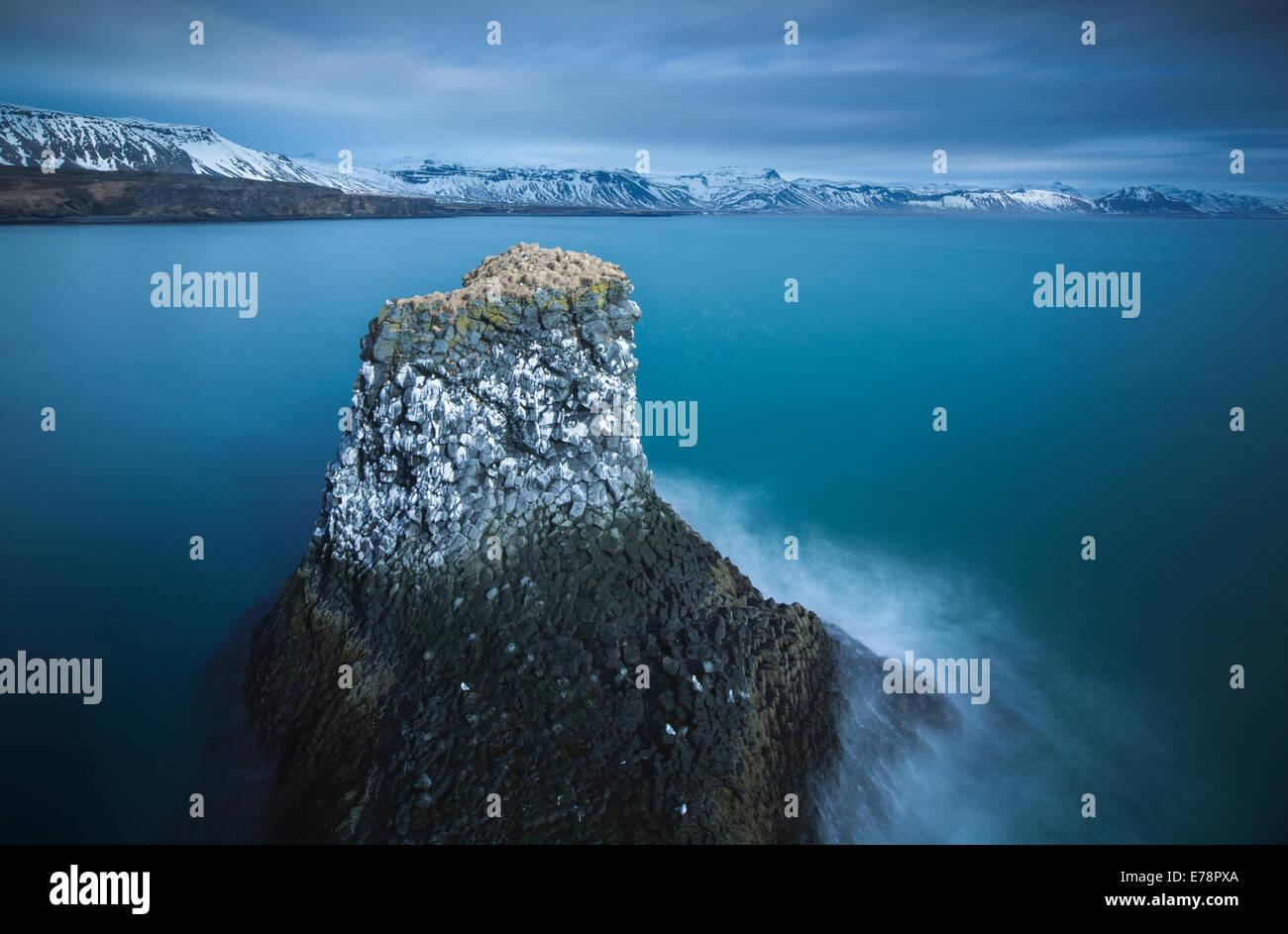 Una pila di mare striate con il guano di fulmars ed kittiwakes, nr Arnastapi, Snaefellsnes Peninsula, western Islanda Immagini Stock