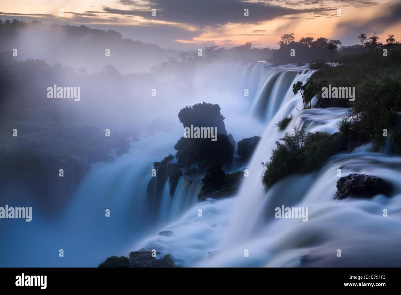 Iguazu Falls all'alba, Argentina Immagini Stock